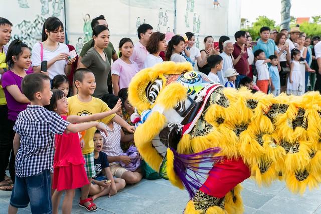 ' Trẻ em thích thú với tiết mục múa lân '