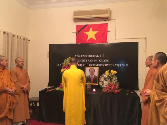 Các tăng ni Việt Nam tại Ấn Độ cũng đến làm lễ và viếng Chủ tịch nước