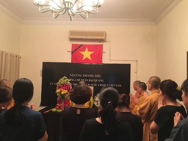 Hình ảnh người dân Việt Nam tại Ấn Độ đến viếng Chủ tịch nước