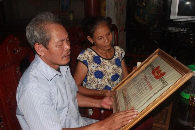 Vợ chồng ông Nguyễn Văn Thuận, em trai liệt sĩ Nguyễn Văn Hưng bùi ngùi xúc động khi nhận được tin tìm được hài cốt của anh trai.