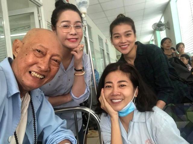 Lê Bình và Mai Phương giúp đỡ đồng nghiệp dù hoàn cảnh còn khó khăn.