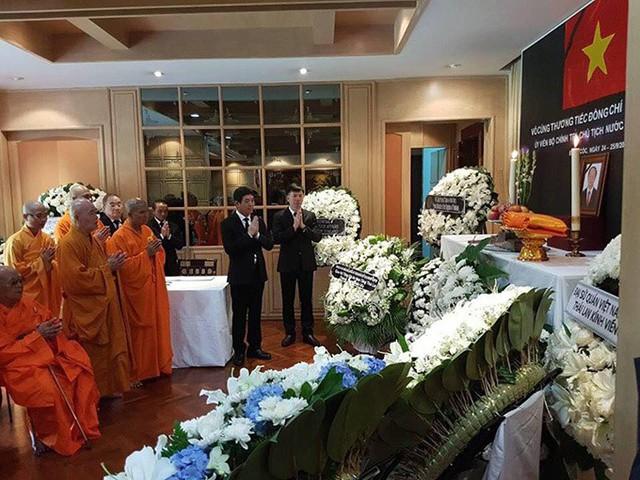 Trong ba ngày qua, Đại sứ quán Việt Nam tại Bangkok lập bàn thờ và tổ chức lễ viếng Chủ tịch nước Trần Đại Quang. Đông đảo Việt kiều và đại diện các cơ quan ngoại giao nước ngoài tại Thái Lan đã đến đặt vòng hoa và thắp hương viếng cố chủ tịch nước. Ảnh: ĐSQ Việt Nam tại Thái Lan
