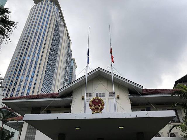 Các lá cờ bên ngoài Đại sứ quán được hạ thấp từ hôm 24/9. Toàn bộ các tòa nhà chính phủ Thái Lan cũng treo cờ rủ từ ngày 24 đến 26/9, theo chỉ đạo của Thủ tướng Prayut Chan-o-cha, để tỏ lòng kính trọng tới người đứng đầu nhà nước Việt Nam vừa qua đời. Ảnh: ĐSQ Việt Nam tại Thái Lan