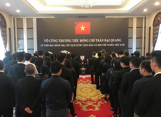 Sáng nay, Đại sứ quán Việt Nam tại Trung Quốc đã tổ chức lễ viếng Chủ tịch nước Trần Đại Quang với sự tham dự của các cán bộ, nhân viên cùng gia đình và đông đảo đại diện cộng đồng, lưu học sinh Việt Nam. Đại sứ quán Việt Nam tại Trung Quốc mở sổ tang trong hai ngày 26 - 27/9 để đại diện nước sở tại và đại diện ngoại giao đoàn tại Trung Quốc đến viếng. Ảnh: Hà Thắng