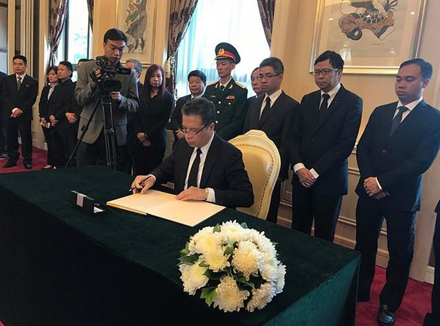 Đại sứ Việt Nam tại Trung Quốc Đặng Minh Khôi đã đọc điếu văn và ghi sổ tang bày tỏ sự tiếc thương đối với Chủ tịch nước Trần Đại Quang, nhấn mạnh những đóng góp của ông trong suốt quá trình hoạt động và công tác, đặc biệt là đối với quan hệ Việt - Trung. Ảnh: Hà Thắng
