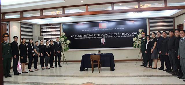 Đại sứ quán Việt Nam ở Manila, Philippines, cũng tổ chức lễ viếng và ghi sổ tang sau khi Chủ tịch nước Trần Đại Quang từ trần. Ảnh: ĐSQ Việt Nam tại Philippines