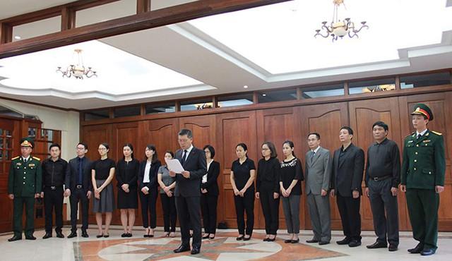 Đại sứ Việt Nam tại Philippines Lý Quốc Tuấn thay mặt cán bộ, nhân viên sứ quán đọc lời tưởng nhớ Chủ tịch nước Trần Đại Quang. Ảnh: ĐSQ Việt Nam tại Philippines