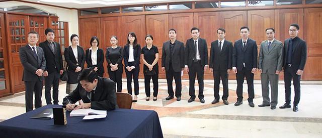 Phái đoàn của Đại sứ quán Lào tại Philippines là một trong những đại diện cơ quan ngoại giao nước ngoài đến viếng và ký vào sổ tang tại Đại sứ quán Việt Nam ở Manila. Quốc tang Chủ tịch nước Trần Đại Quang diễn ra trong hai ngày 26 và 27/9. Lễ viếng bắt đầu từ 7h hôm nay tại Nhà tang lễ quốc gia số 5 Trần Thánh Tông, Hà Nội. Lễ truy điệu diễn ra lúc 7h30 ngày mai, lễ an táng từ 15h30 cùng ngày tại quê nhà Chủ tịch nước ở xóm 13, xã Quang Thiện, huyện Kim Sơn, tỉnh Ninh Bình. Ảnh: ĐSQ Việt Nam tại Philippines