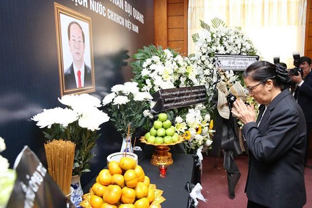 Chủ tịch Quốc hội Pany Yathotu cùng đoàn đại biểu quốc hội Lào thắp hương trước bàn thờ Chủ tịch nước Trần Đại Quang. Các lãnh đạo Lào đều bày tỏ niềm thương tiếc trước việc Chủ tịch nước Trần Đại Quang từ trần và ghi nhận những đóng góp của ông đối với mối quan hệ hữu nghị giữa hai nước. Ảnh: Hà Trung