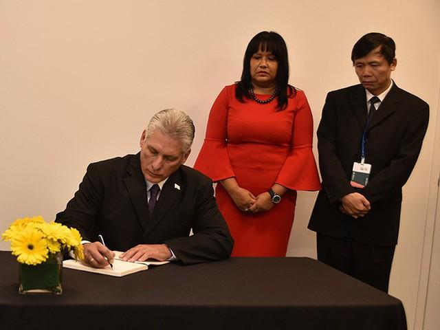 Ông Miguel DiazCanel gửi lời chia buồn đến nhân dân và chính phủ Việt Nam trước sự ra đi của Chủ tịch nước trong sổ tang. Ảnh: Twitter