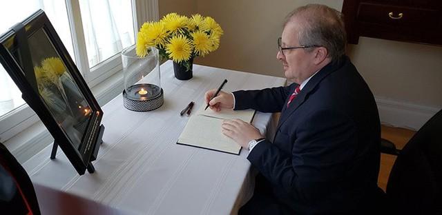 Cùng ngày, đại sứ Nga tại Canada Alexander Darchiev cũng đến viếng Chủ tịch nước Trần Đại Quang và ghi sổ tang tại Đại sứ quán Việt Nam ở Ottawa. Ảnh: Twitter