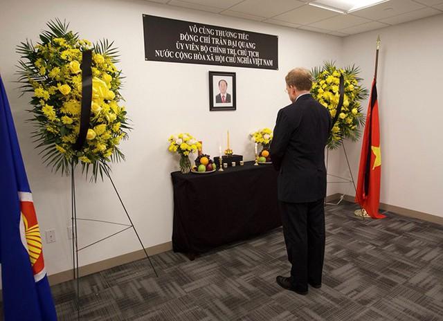 Ông WPatrick Murphy, phó trợ lý Ngoại trưởng Mỹ về Đông Nam Á, bày tỏ lòng tiếc thương người đứng đầu nhà nước Việt Nam tại phái đoàn thường trực Việt Nam ở Liên Hợp Quốc, New York hôm 24/9. Ảnh: Twitter