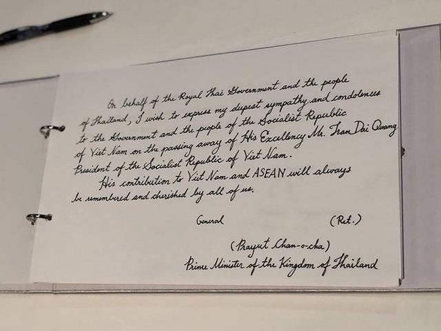 Những đóng góp của Ngài với Việt Nam và ASEAN sẽ luôn được tất cả chúng ta ghi nhớ và trân trọng, ông viết trong sổ tang. Ông Prayuth Chan-o-cha trước đó cũng đã gửi điện chia buồn tới Thủ tướng Nguyễn Xuân Phúc, nhấn mạnh tầm nhìn của Chủ tịch nước Trần Đại Quang về hợp tác vì một khu vực ổn định và thịnh vượng tại Hội nghị Cấp cao APEC 2017 là di sản quan trọng đối với Việt Nam và các nước trong khu vực. Ảnh: ĐSQ Việt Nam tại Thái Lan