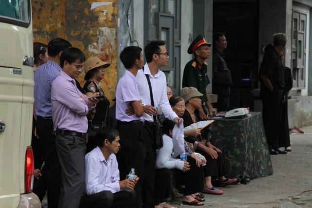 Không khí trầm mặc của người dân trước cổng nhà tang lễ.
