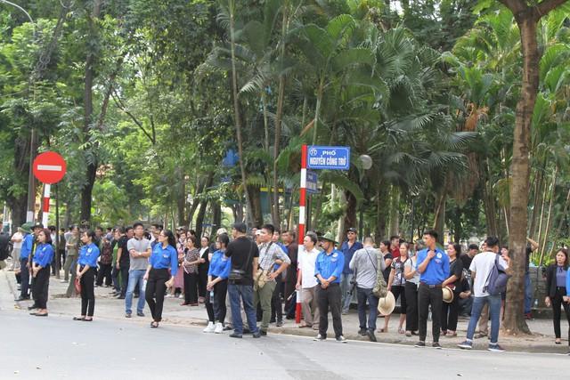 Người dân đến viếng có xuất phát từ nhiều địa phương trên cả nước, có nhiều người xuất phát từ huyện Nga Sơn, tỉnh Thanh Hoá, nơi cách Hà Nội gần 200km từ mờ sáng hôm nay.