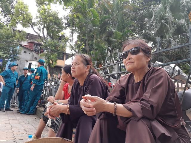 Hai phật tử đến từ quê hương có Lễ hội tịch điền hằng năm (huyện Duy Tiên, Hà Nam) nơi Chủ tịch nước Trần Đại Quang từng xuống đồng dịp đầu năm theo phong tục truyền thống.