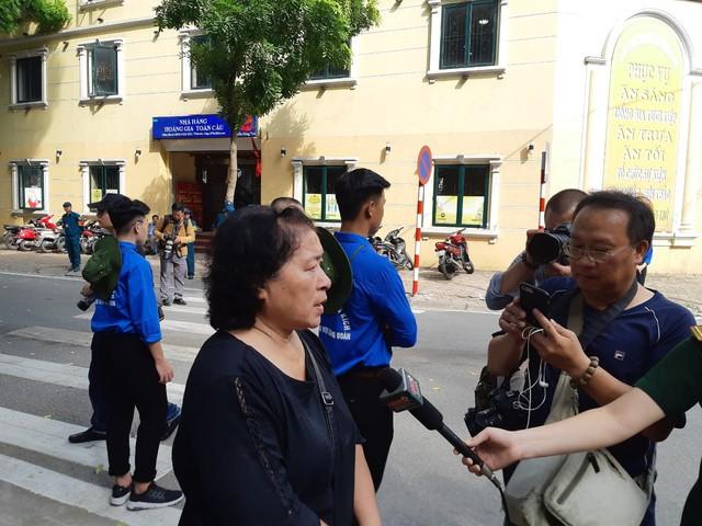 Bà Nguyễn Thị Huấn, phường Bạch Đằng, Hoàn Kiếm, Hà Nội có mặt tại nhà tang lễ lúc 7h. Bà Huấn chia sẻ: Chủ tịch nước mất quá đột ngột, không khí trong gia đình, khu phố cũng trầm hẳn đi. Tôi ra đây từ 7h sáng và mong muốn được nhìn Chủ tịch nước lần cuối.
