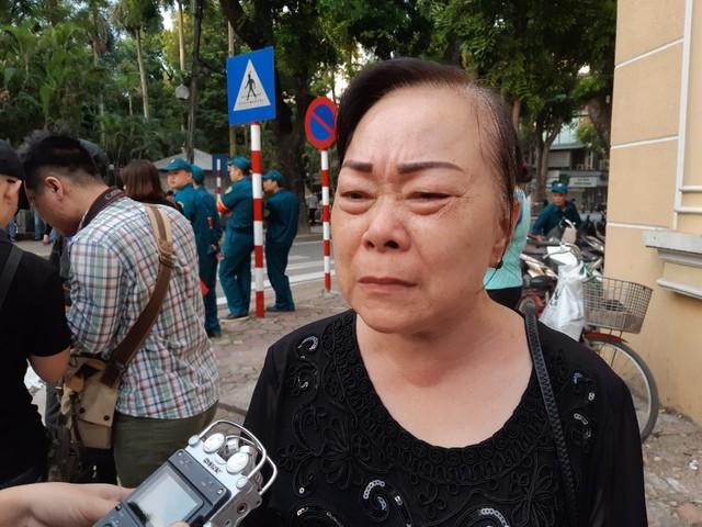 Bà Vũ Thị Thanh Hồng, phường Phương Liệt, Thanh Xuân, Hà Nội đã không cầm được nước mắt khi có mặt tại cổng nhà tang lễ số 5 Trần Thánh Tông.