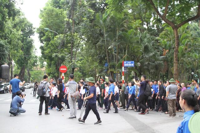 Đông đảo người dân chờ vào viếng trước cổng nhà tang lễ.