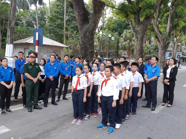 Đoàn học sinh, giáo viên trường Tiểu học Lương Yên, Hà Nội và Thành đoàn Hà Nội chuẩn bị vào viếng Chủ tịch nước.
