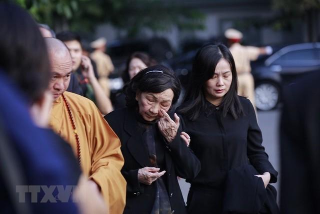 Những giọt nước mắt đã rơi của người dân và tang quyến trước giờ cử hành Lễ viếng Chủ tịch nước Trần Đại Quang. (Nguồn: TTXVN)