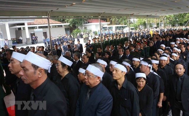 Các đồng chí lãnh đạo, nguyên lãnh đạo Đảng, Nhà nước cùng đông đảo đại diện các cơ quan, Ban, ngành Trung ương, địa phương và người thân tới viếng Chủ tịch nước Trần Đại Quang. (Nguồn: TTXVN)