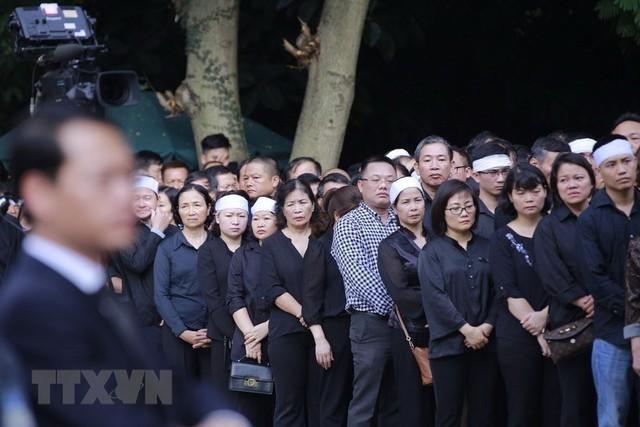 Dòng người lặng lẽ xếp hàng chờ vào viếng Chủ tịch nước Trần Đại Quang. (Nguồn: TTXVN)