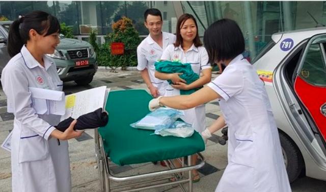 Bác sĩ Bệnh viện TWQĐ 108 tiếp nhận sản phụ và em bé