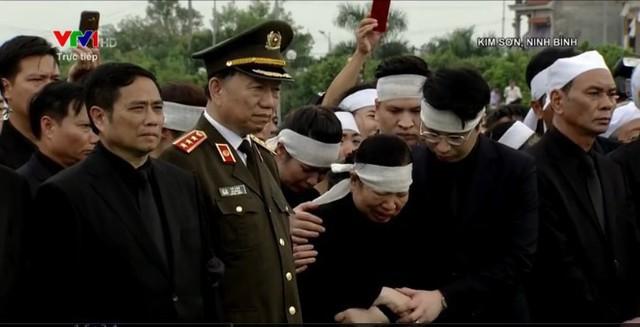 Phu nhân Chủ tịch nước và nhiều người bật khóc nghẹn ngào khi thi hài Chủ tịch nước được về với đất mẹ