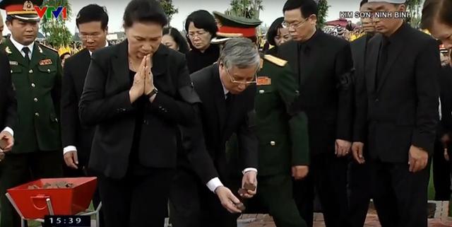 Các lãnh đạo và nguyên lãnh đạo nước thả những nắm đất đầu tiên xuống mộ Chủ tịch nước Trần Đại Quang