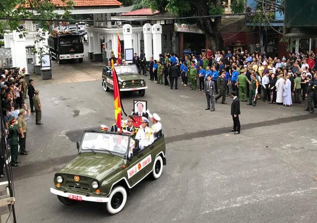 Đoàn xe rời Nhà tang lễ Quốc gia số 5 Trần Thánh Tông, Hà Nội