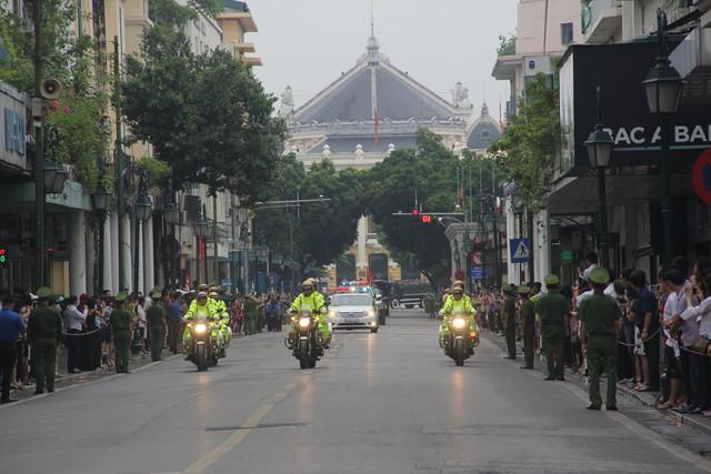 Nhân dân đứng dọc các tuyến phố nơi đoàn xe đi qua để vĩnh biệt Chủ tịch nước Trần Đại Quang