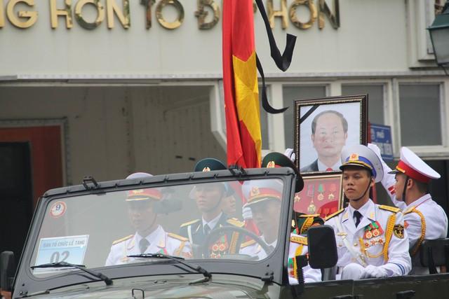 Đoàn xe di chuyển qua ngã tư Tràng Tiền - Đinh Tiên Hoàng.