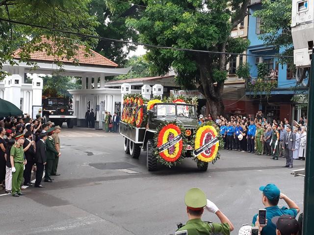 Đoàn xe lăn bánh qua phố Lê Thánh Tông (Hà Nội)