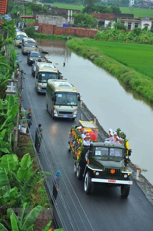 Đoàn xe đưa linh cữu Chủ tịch nước Trần Đại Quang về quê hương Kim Sơn, Ninh Bình. (Ảnh: TTXVN)