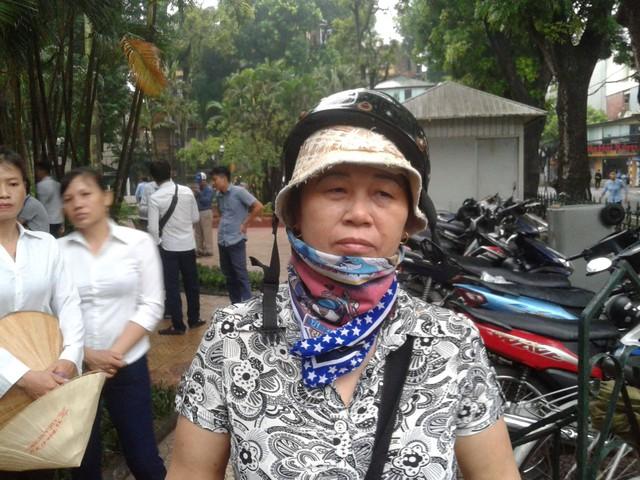 Bà Nguyễn Thị Tơ chờ bên ngoài nhà tang lễ quốc gia. Ảnh: Cao Tuân