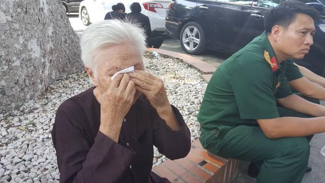 Cụ Trần Tiếp Thủy (82 tuổi, ở Bắc Giang) bật khóc trong lúc chờ vào bên trong Nhà tang lễ Quốc gia để thắp nén nhang tiễn biệt Chủ tịch nước Trần Đại Quang. Ảnh: Diệu Bình