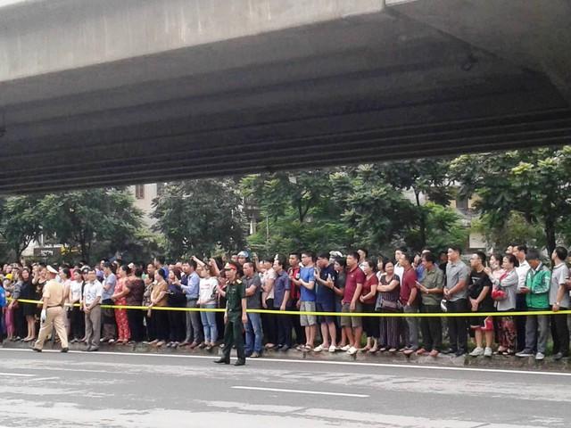 Rất đông người dân Thủ đô đã đứng hai bên đường tiễn biệt Chủ tịch nước.