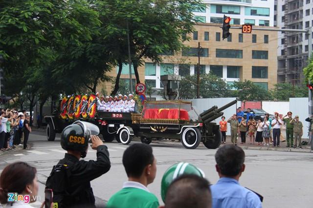 Đoàn xe tang đi đến đâu, lực lượng chức năng và người dân hai bên đường đều đứng nghiêm trang chào lần cuối Chủ tịch nước
