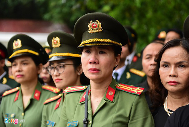 Nữ chiến sĩ công an không thể ngăn được dòng nước mắt tuôn rơi. Ảnh: Zing.vn