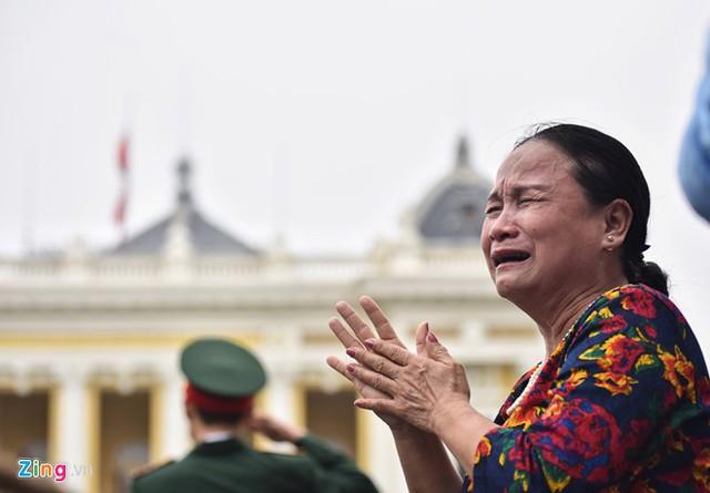Một phụ nữ bật khóc nức nở. Ảnh: Zing.vn