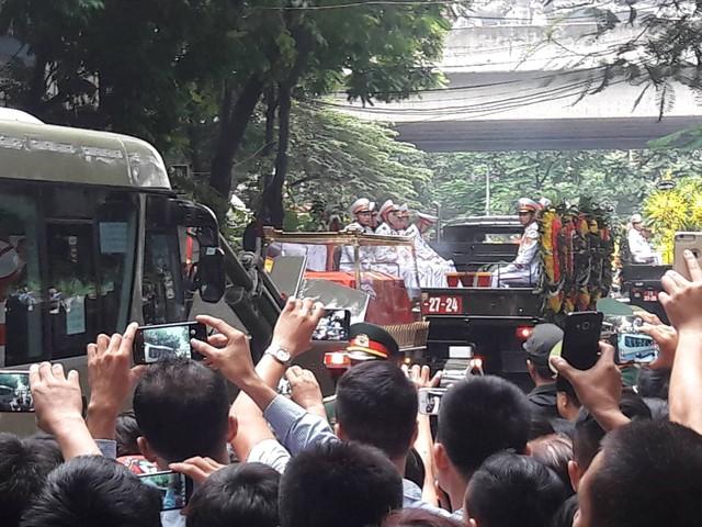 Hàng nghìn người dân Hà Nội đã đứng chờ để tiễn biệt lần cuối Chủ tịch nước Trần Đại Quang