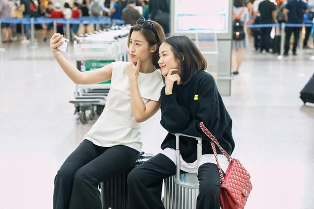 Cả hai nhí nhảnh selfie cùng nhau trước khi lên máy bay.