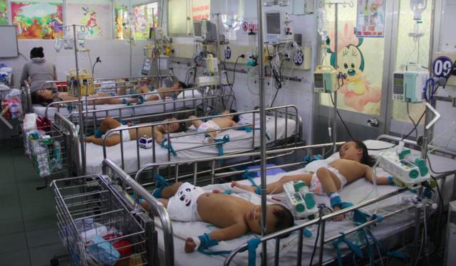 Bệnh nhi mắc tay-chân-miệng tại Khoa Nhiễm – Thần kinh (Bệnh viện Nhi đồng 1 TP HCM). Ảnh: TL