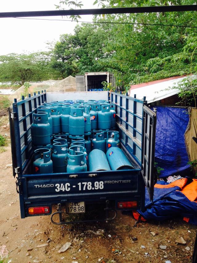 Chiếc xe tải tại hiện trường đã được chất các bình loại 12 kg và 48 kg đã được nạp gas chờ chở đi tiêu thụ. (ảnh: HC)