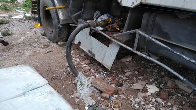 Đường ống được nối từ bồn chứa gas chạy ngầm dưới lòng đất đến lán đặt các cột bơm sang chiết gas. (ảnh: HC)