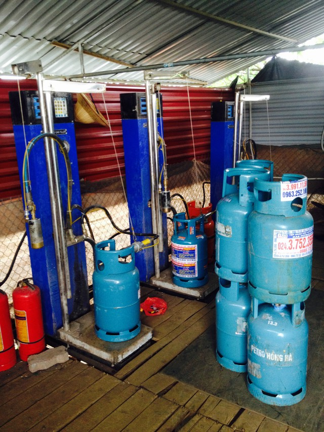 3 cột bơm sang chiết gas trái phép được đặt trong một lán quây tôn kín rộng khoảng hơn 10 m2. (ảnh: HC)