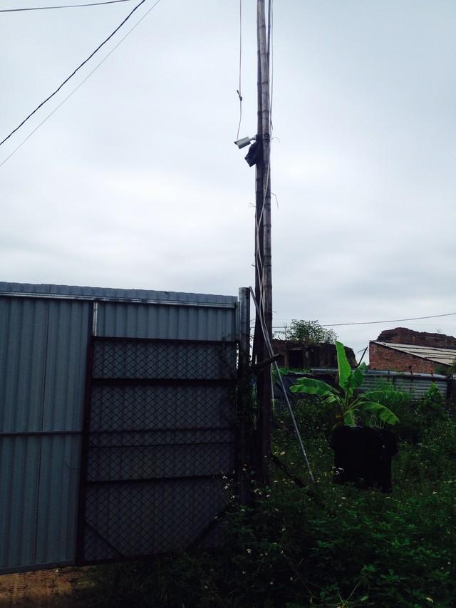Camera quan sát được lắp đặt ngay cổng của khu sang chiết trái phép để dễ bề quan sát động tĩnh bên ngoài. (ảnh: HC)