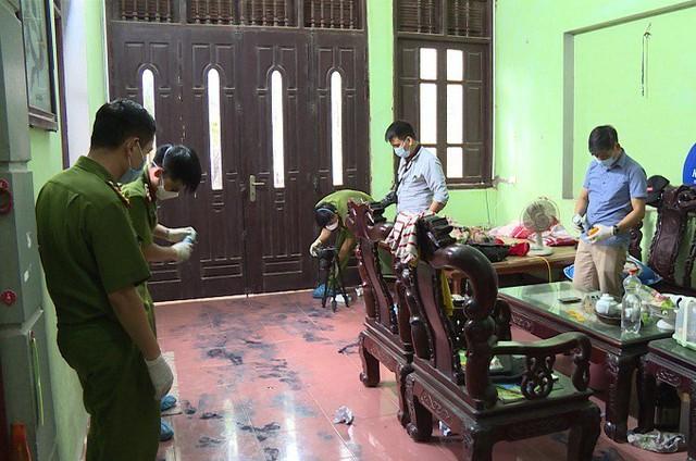 Cơ quan điều tra tiến hành khám nghiệm hiện trường vụ án 2 vợ chồng bị sát hại. Ảnh: Th.Hương