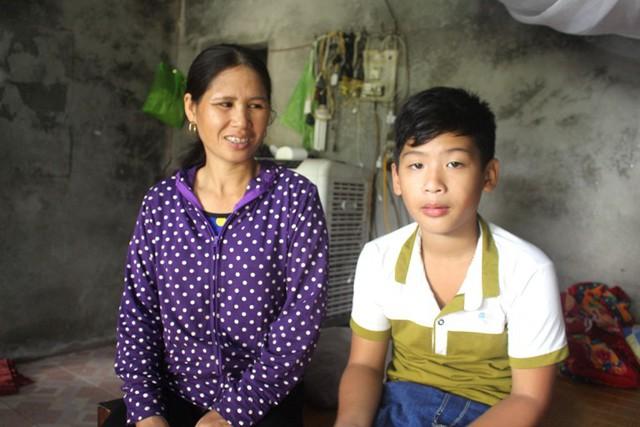 Niềm vui của vợ chồng bà Hoa khi thấy con trai tai qua nạn khỏi. Ảnh: Đ.Tùy
